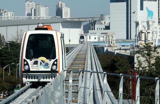 8일 오후 인천시 중구 북성동 월미공원역에서 열린 월미바다열차 개통식 중 열차가 역으로 들어서고 있다. [뉴스1]