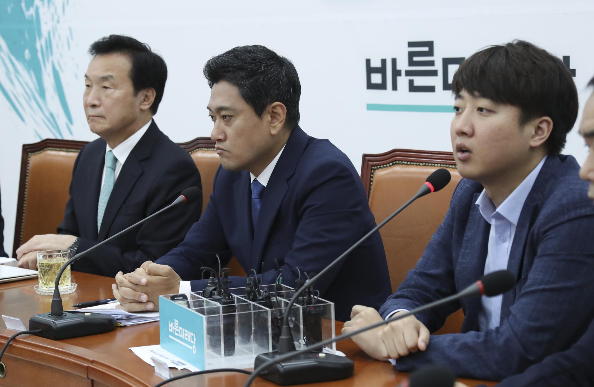 이준석 바른미래당 최고위원(오른쪽)이 국회에서 열린 최고위원회의에서 발언하고 있다. 임현동 기자