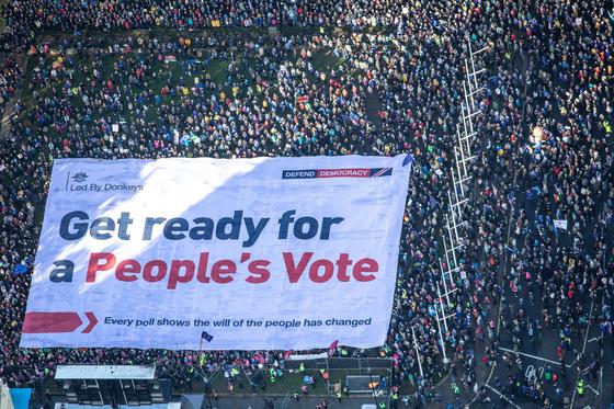 런던 도심과 의사당 앞에서는 수천명이 브렉시트에 반대하며 국민투표를 요구하는 시위를 벌였다. [로이터=연합뉴스]