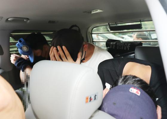 7월 9일 오전 광주북부경찰서에서 3인조 강도 피의자들이 법원에서 구속영장 실질심사를 받기 위해 경찰서를 나서 차량에 탑승하고 있다. 이들은 지난 4일 오후 광주 북구의 한 아파트에 침입, 두 살배기를 인질로 잡고 금품을 강탈한 혐의를 받고 있다. [연합뉴스]