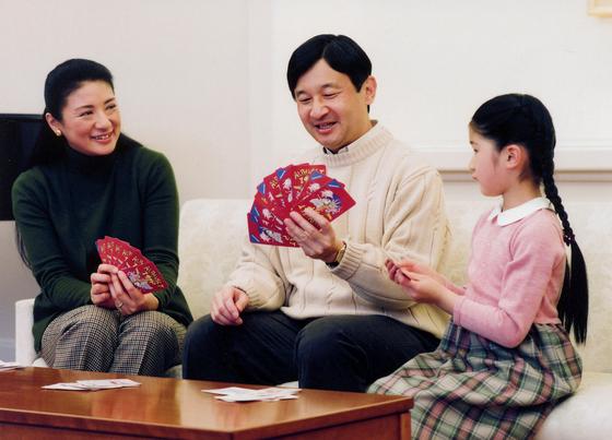 2009년 일본 왕실이 공개한 나루히토 당시 왕세자와 마사코 왕세자비, 딸 아이코 공주의 모습. [로이터=연합뉴스]