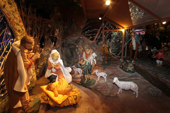 성탄절 무렵이면 서울 명당성당에 마련되는 말 구유. 아기 예수의 탄생을 그리고 있다. [중앙포토]