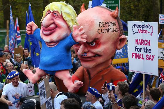 보리스 존슨 총리와 그의 책사 커밍스를 비판하는 브렉시트 반대 시위대 [EPA=연합뉴스]
