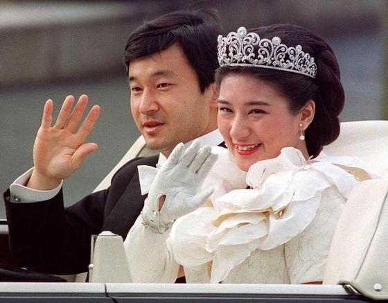 """1993년 6월9일 나루히토(왼쪽) 당시 왕세자와 결혼식을 올리는 마사코. 나루히토는 마사코에게 """"평생 전력을 다해 마사코 상을 지키겠다""""고 프러포즈했다. [AFP=연합뉴스]"""