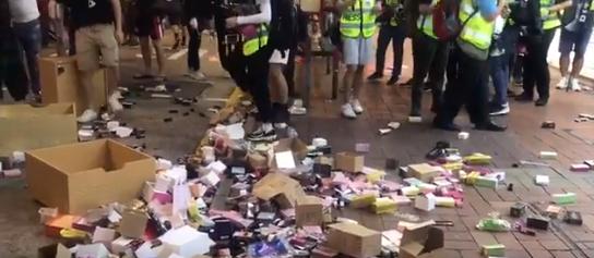 홍콩에 있는 중국 브랜드 유니소(uniso) 매장의 물건이 시위대에 의해 밖으로 흩어졌다. [트위터]