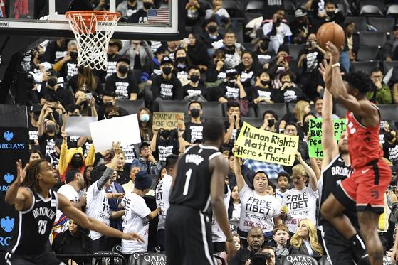 농구경기 도중 열린 홍콩 지지 시위. [AP=연합뉴스]