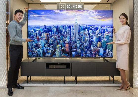 삼성전자 모델들이 QLED 8K TV를 선보이고 있다. [사진 삼성전자]