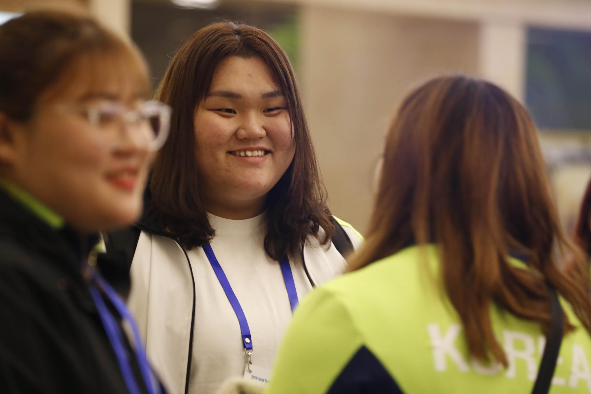 2019 아시아 유소년·주니어 역도선수권대회에 참가하는 한국 선수단 후발대가 중국 베이징을 거쳐 21일 숙소인 평양 양강도 국제호텔에 도착했다. 이날 도착한 이선미(가운데)가 선발대 선수들과 인사하고 있다. [평양=사진공동취재단]