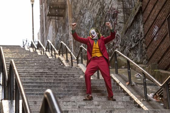 영화 조커의 한 장면. 뉴욕 브롱크스 웨스트 167번가의 한 계단에서 촬영했다. [사진 워너브러더스]
