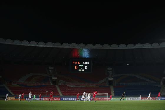 15일 북한 평양 김일성경기장에서 2022년 카타르월드컵 아시아지역 2차 예선 한국과 북한의 경기가 열리고 있다.  파울루 벤투 감독이 이끄는 축구 대표팀은 이번 경기에서 0-0 무승부를 거뒀다. [뉴스1]