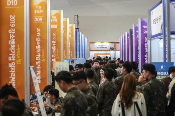 올해 4월 4일 서울 동대문디자인플라자에서 열린 '2019 강소벤처기업 일자리박람회'에서 청년들이 유망 강소기업을 찾아 구직활동을 하고 있다. [뉴스1]