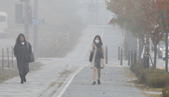 21일 충남 세종시는 안개와 미세먼지가 뒤섞여 출근길 도심이 온통 뿌옇게 보였다. [뉴스1]