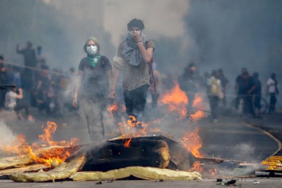 [서소문사진관]지하철 50원 인상에 격렬시위, 칠레 국가...