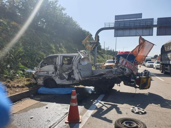 고속도로서 화물차가 풀베기 작업 인부들 덮쳐…3명 사망