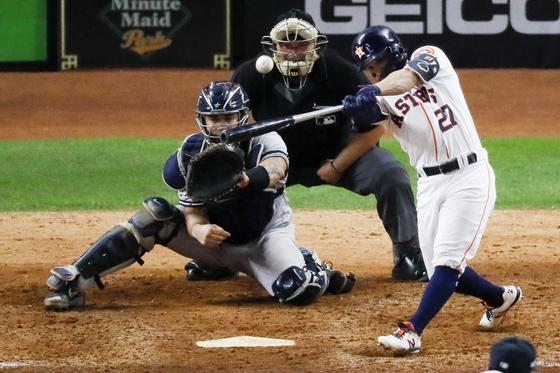 휴스턴 2번 타자 알투베(오른쪽)가 20일 ALCS 6차전에서 양키스 투수 채프먼의 슬라이더를 받아쳐 끝내기 투런 홈런을 날리고 있다. 휴스턴이 월드시리즈에 진출했다. [AP=연합뉴스]