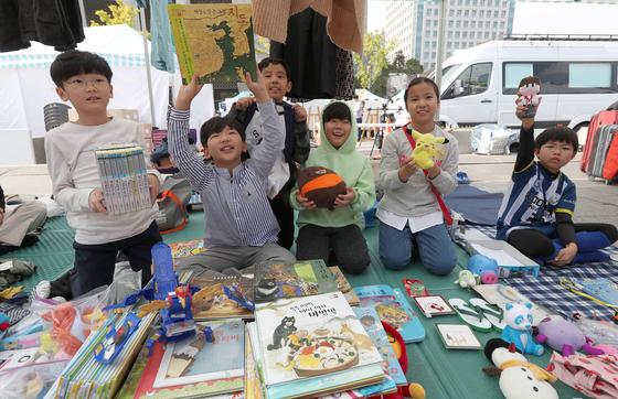 2019 위아자 나눔장터의 어린이장터 모습. 2년 연속 이 장터에 참여한 이준우군(맨 왼쪽)과 같이 참여한 친구들. 강정현 기자
