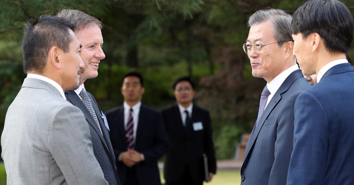 문재인 대통령이 18일 청와대 녹지원에서 열린 주한외교단 초청 리셉션에 참석, 필립 터너 뉴질랜드 대사 내외(왼쪽)와 인사를 나누고 있다. [뉴시스]