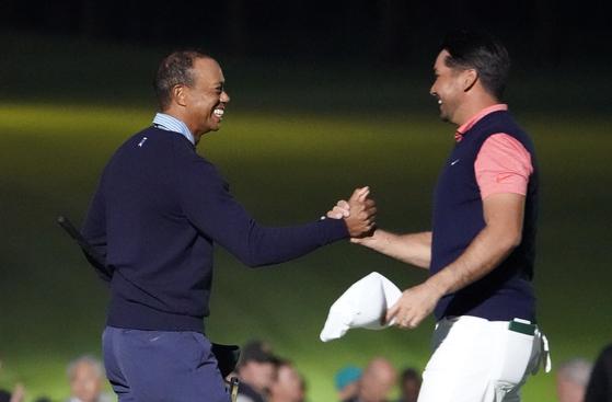 타이거 우즈(왼쪽)와 제이슨 데이가 21일 열린 더 챌린지 재팬 스킨스 대회를 마친 뒤 환하게 웃으며 손을 맞잡고 있다. [AP=연합뉴스]