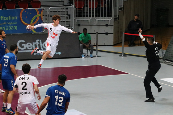 남자 핸드볼 대표팀이 쿠웨이트와 도쿄올림픽 아시아 예선 2차전을 치르고 있다. 슈팅을 시도하는 변영준. [사진 대한핸드볼협회]