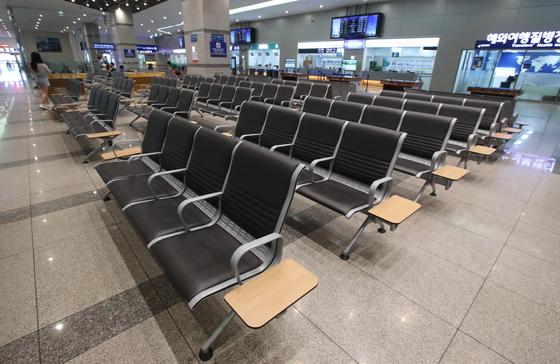 일본 관광 취소로 인해 한국과 일본을 오가는 여객선의 취소가 잇따르자 결국 운항 중단 사태가 벌어지고 있다. 지난 8월 1일 부산 동구 부산항국제여객부두 내 출국장 앞이 텅 비어 여름 휴가철임에도 불구하고 한산하기만 하다. 송봉근 기자