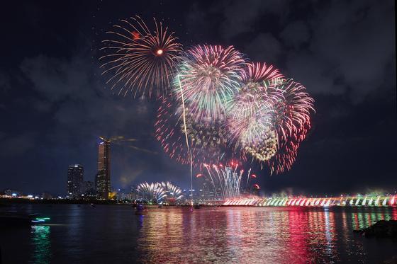 [소년중앙] 알고 보면 더 즐겁다 밤하늘 도화지 삼아 형형색색 물들이는 불꽃놀이