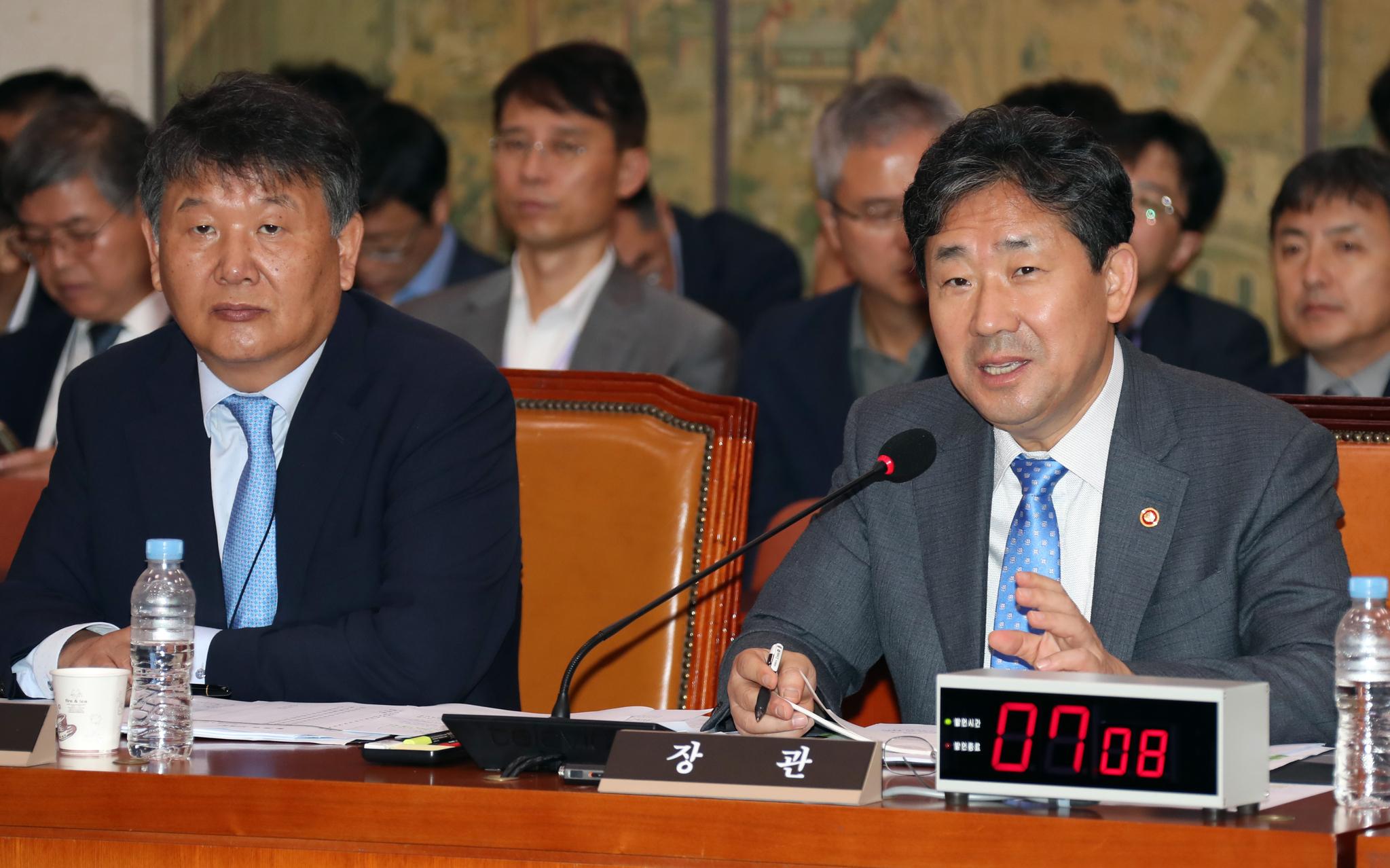 지난 2일 국회에서 열린 문화체육관광위원회 국정감사에서 박양우 문체부 장관(오른쪽)이 의원 질의에 답변하고 있다. [중앙포토]