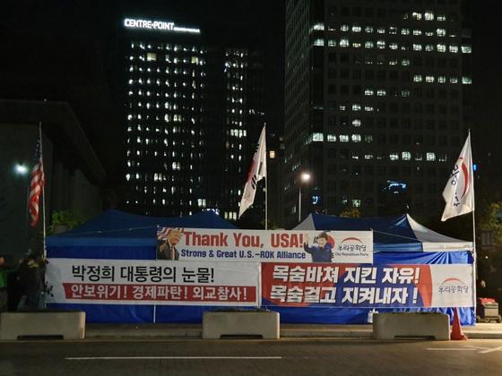 우리공화당은 지난 20일 밤 10시 40분쯤 서울광화문 광장 세종대왕상 부근에 천막을 설치했다. [사진 우리공화당]