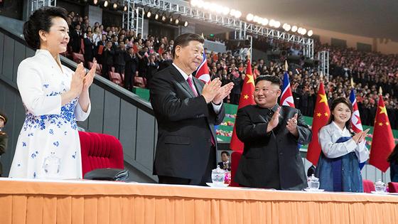 시진핑 중국 국가주석이 부인 펑리위안과 함께 지난 6월 20일 평양 5.1 경기장에서 펼쳐진 마스게임을 보며 박수를 보내고 있다. [중국 신화망 캡처]