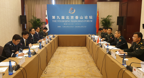 박재민 국방부 차관이 21일(현지시간) 베이징에서 열린 제5차 한중 국방전략대화에서 중국 연합참모부 부참모장 샤오위안밍 중장과 양국 국방교류협력에 대해 의견을 나누고 있다.[사진 국방부]
