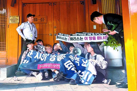 한국대학생진보연합 회원들이 지난 18일 주한 미국 대사관저 담을 넘어 침입한 뒤 방위비 분담금 협상 관련 기습 농성을 하고 있다. [뉴시스]