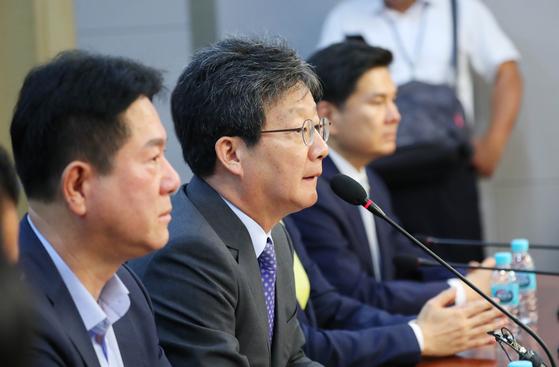 유승민 바른미래당 의원이 4일 오전 서울 여의도 국회 의원회관에서 열린 바른미래당 전,현직 지역위원장과의 간담회에 참석해 모두발언을 하고 있다. [뉴시스]