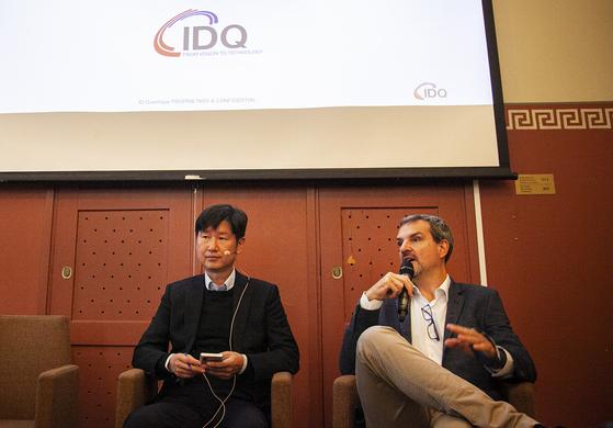 그레고아 리보디 IDQ CEO(오른쪽)와 곽승환 IDQ 부사장이 17일(현지시간) 유럽, 미국 양자암호통신 사업 수주 성과에 대해 기자간담회를 진행하고 있다. [사진 SK텔레콤]