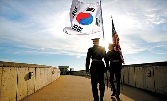 지난해 10월 31일 미국 국방부에서 열린 한미안보협의회의(SCM)에서 사용된 태극기와 성조기를 미군 의장병들이 옮기고 있다. SCM에는 양국 국방·외교 고위 관계관들이 참석한다. [AP=연합뉴스]