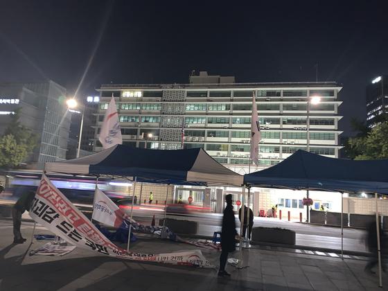 20일 오후 11시께 서울 종로구 광화문광장의 미국대사관 건너편에 우리공화당 천막 2동이 설치돼 있다. [우리공화당 제공=연합뉴스]