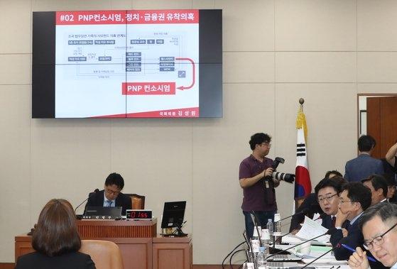 김성원 한국당 의원이 지난 2일 오전 국회에서 열린 정무위원회의 국무조정실 등 국정감사에서 조국 법무부 장관 가족 사모펀드 의혹에 대해 질의하고 있다. [연합뉴스]