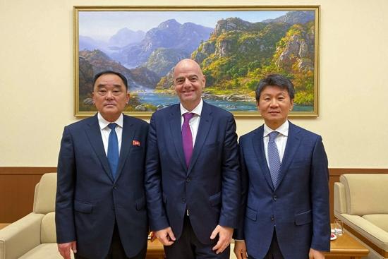 (왼쪽부터)김장산 북한축구협회 사무총장·인판티노 FIFA 회장·정몽규 대한축구협회 회장. 대한축구협회 제공