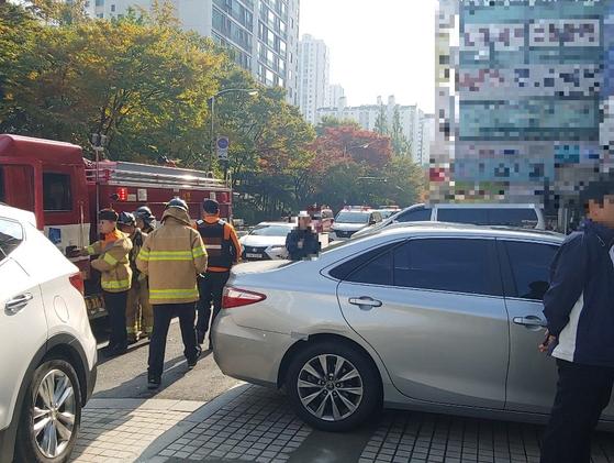 22일 오전 경기도 성남시 분당구 한 상가 건물 앞에 전날 화재 원인 조사를 위해 나온 소방차와 경찰차가 줄지어 서있었다. 이 화재로 1명이 숨지고 5명이 다쳤다. 최은경 기자