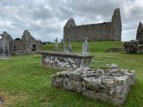 애슬론에서 셰논강을 따라 5km 위치에 클론맥노이즈 (Clonmacnoise) 수도원 유적이 있다. 6세기에 지어진 수도원으로 8세기부터 12세기까지 종교, 무역, 교육의 중심지 역할을 담당했다.