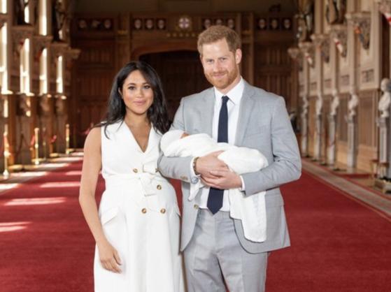 해리 왕자와 왕자비 메건 마클이 아들 아치를 안고 있다. [로이터=연합뉴스]