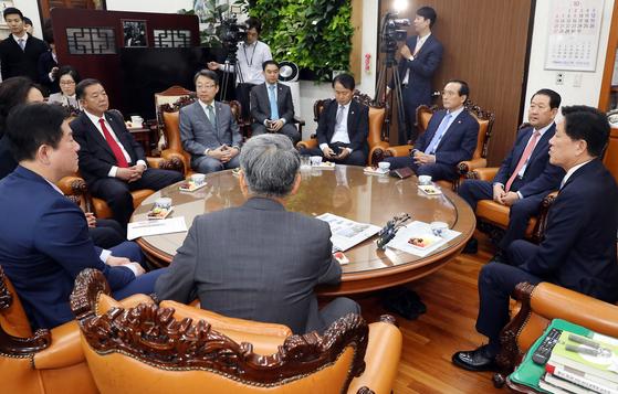 주승용(오른쪽) 국회 부의장이 22일 오전 서울 여의도 국회에서 열린 국민의당 출신 의원 모임에서 모두발언을 하고 있다. [뉴시스]