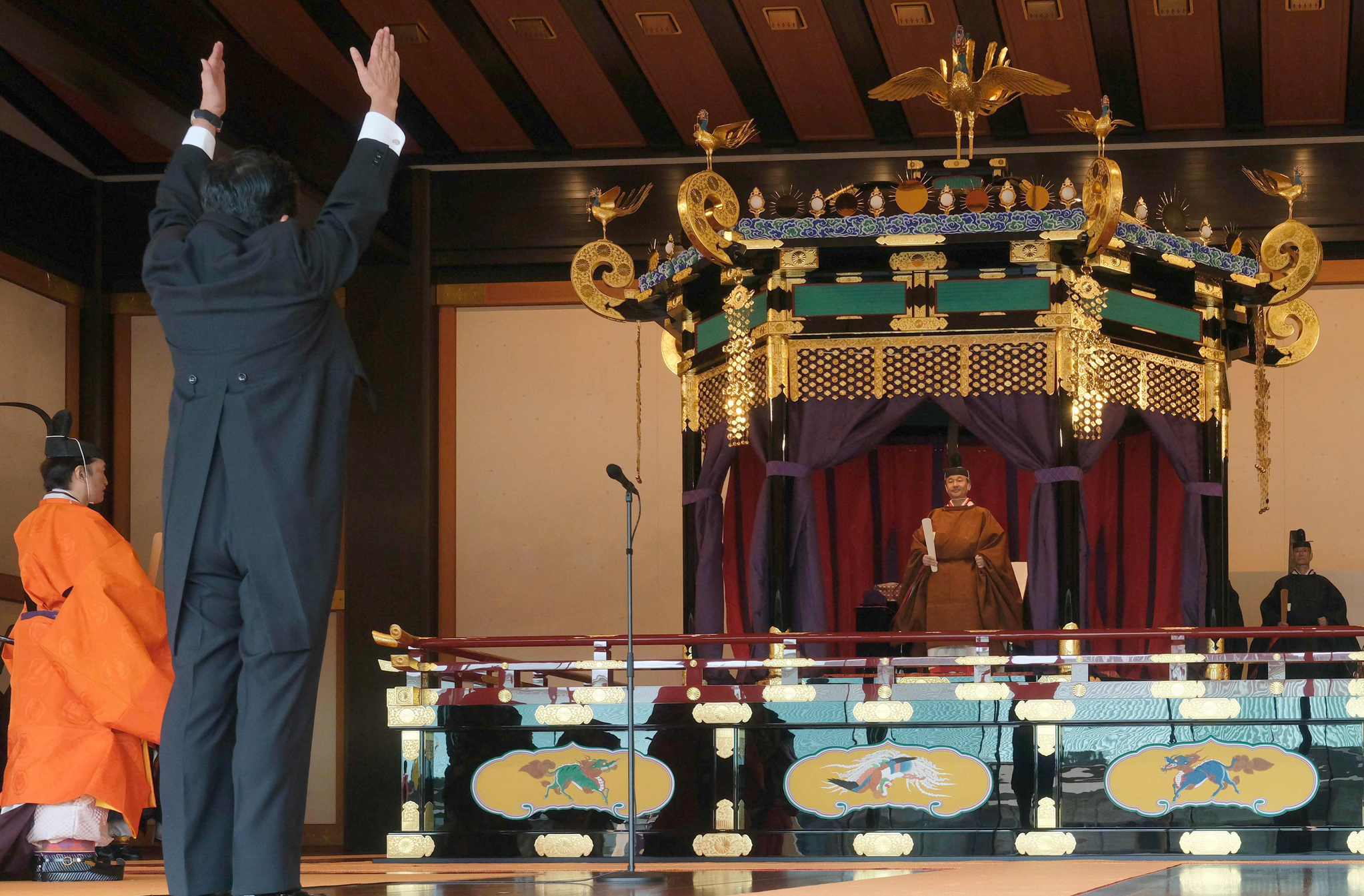 아베 신조 일본총리(왼쪽)가 22일 도쿄 황궁에서 열린 나루히토 일왕 즉위식에서 만세를 하고 있다. [AFP=연합뉴스]