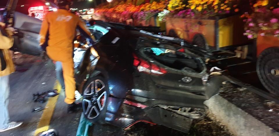 21일 오후 경기도 연천군 전곡읍 은대리의 한 교차로에서 3중 충돌사고가 나 관계 당국이 수습하고 있다. [연합뉴스]