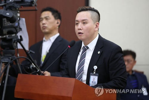 임태훈 군인권센터 소장이 지난 21일 국회에서 열린 국방위 국정감사에서 증인으로 출석해 의원들 질의에 답하고 있다.