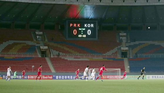 15일 북한 평양 김일성경기장에서 2022년 카타르월드컵 아시아 예선 한국 대 북한의 경기가 열리고 있다. [사진 대한축구협회]
