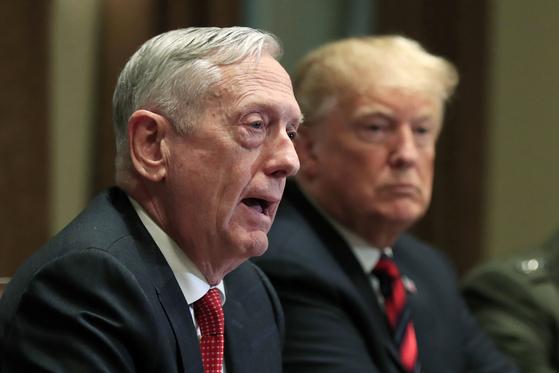 제임스 매티스 전 미국 국방장관(왼쪽)과 도널드 트럼프 대통령.[AP=연합뉴스]