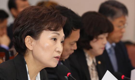 김현미 국토교통부 장관이 21일 국회에서 열린 국토교통위원회 국정감사에서 의원 질의에 답변하고 있다. [연합뉴스]