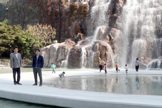 이원복씨(왼쪽)와 설치미술가 정지현 작가가 22일 중랑구 용마폭포공원에서 '타원본부'에 올라가 인터뷰하고 있다. 최정동 기자