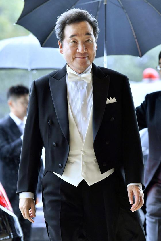 이낙연 국무총리가 나루히토(德仁) 일왕의 즉위를 알리는 행사에 참석하기 위해 22일 오후 일본 도쿄(東京) 소재 고쿄(皇居)의 규덴(宮殿)에 도착해 이동하고 있다. [연합뉴스]