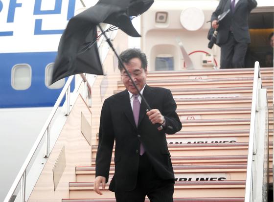 이낙연 국무총리가 22~24일 나루히토(德仁) 일왕 즉위식 참석을 위해 22일 대통령 전용기로 일본 하네다 공항에 도착해 돌풍에 뒤집어진 우산을 들고 트랩을 내려오고 있다.[연합뉴스]