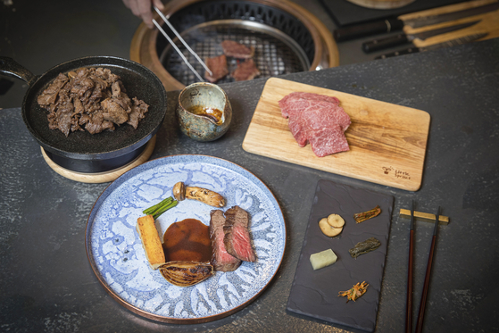 서울 삼성동에 위치한 레스토랑 '모퉁이우 라이프'에서 선보이는 한우 오마카세 요리. 셰프가 불판에서 고기를 구워 개인 접시에 조금씩 담아준다. 장진영 기자